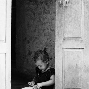 ひとり遊びをしていた幼い女の子