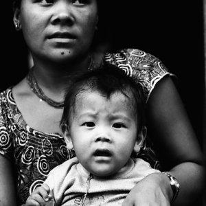 驚いたお母さんと赤ん坊