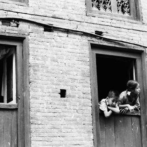 窓から身を乗り出した男の子と女の子