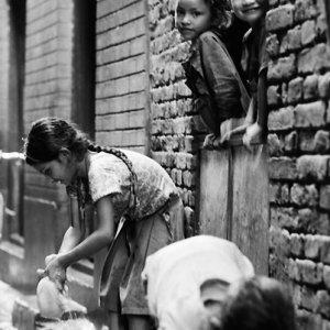 雨水を集める女の子たち
