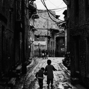 薄暗い路地を一緒に歩いていた幼い兄弟