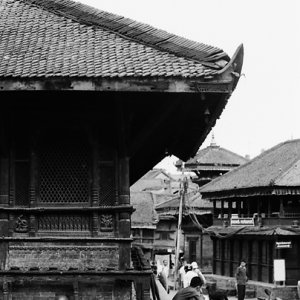 ヒンドゥー教寺院の軒下で昼寝する男