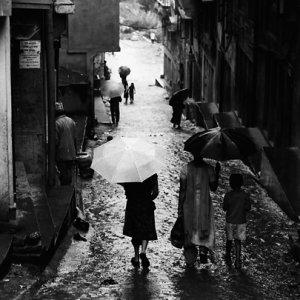 坂道を下る傘