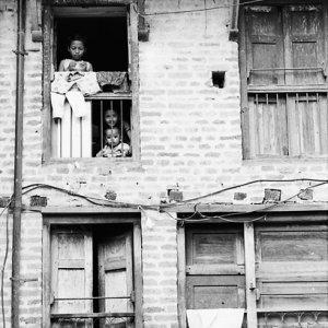 窓辺に見えた親子