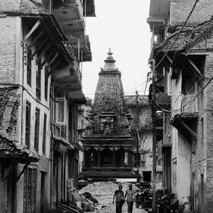 道の先に建つヒンドゥー教寺院