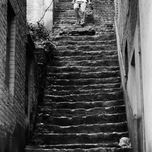 長い階段を下る男