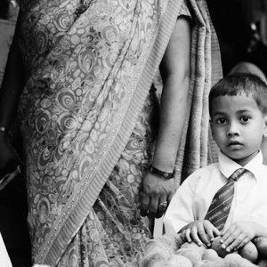 ネクタイを締めた幼い男の子