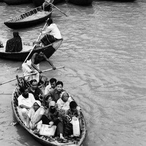 乗客が満載した渡し船