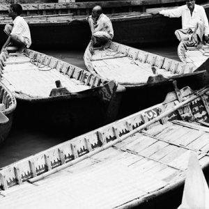 客待ちする渡し船の漕手