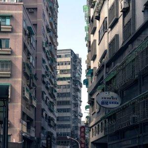 通りの両脇に建ち並ぶマンション