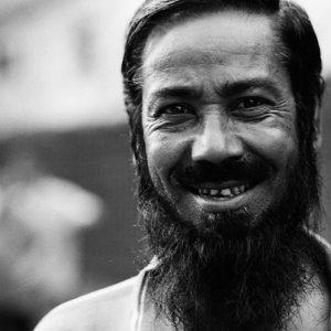 長い顎髭を蓄えた男