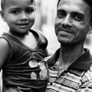 微笑む父子