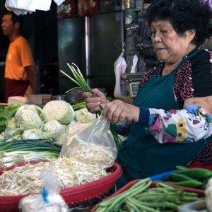 八百屋で働く年配の女性