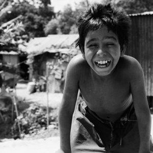 目を細めて笑う男の子