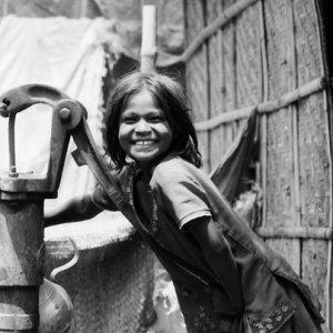 水を汲む女の子