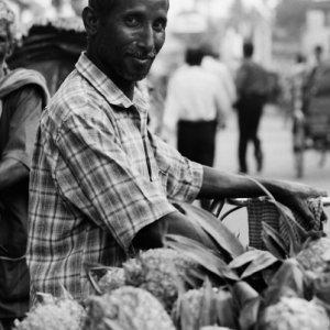 パイナップルを売る男