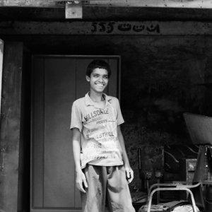 ガレージの中で笑う男の子