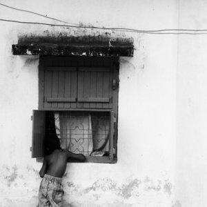 窓の前に立つ男の子
