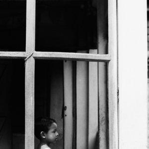 窓の向こうに立つ女の子