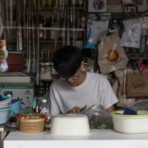 ビンロウを作る若者