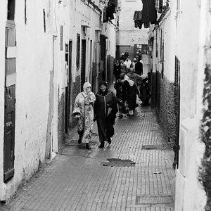 旧市街の路地を歩く人びと