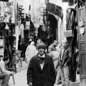 タラア・セギーラ通りを歩く男