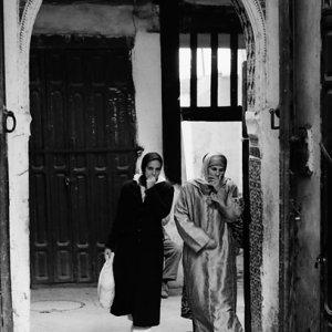 門から現れた二人の女