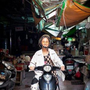 バイクにまたがった年配の女性