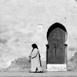 女性と馬蹄形の扉