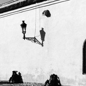 壁際の人影
