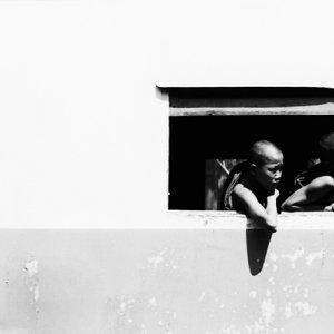 窓から身を乗り出す僧侶