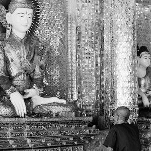 仏像の正面に座る男