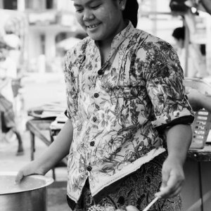 Woman selling Mont Lin Mayar