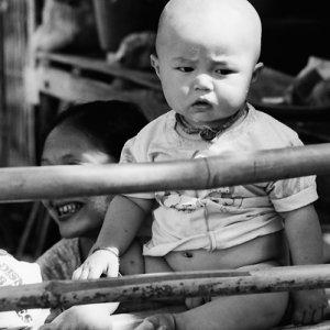 気難しい顔をした赤ん坊