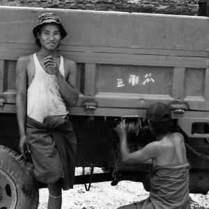 トラックの横の男たち