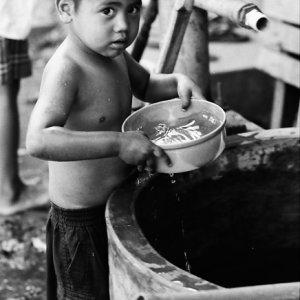 水浴びをする男の子