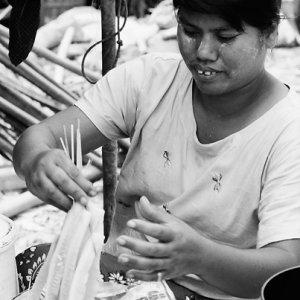 揚げ物を作る女