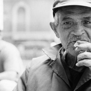 視線を固める年配の男