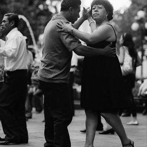 真面目な顔で踊る女