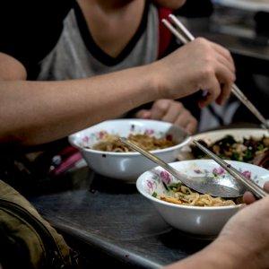 テーブルの上のお椀とお皿とお箸