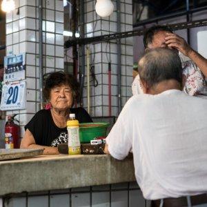 市場にいた年配の女性
