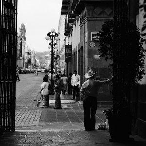 町角に立つ男