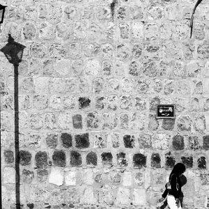 壁の前の街灯