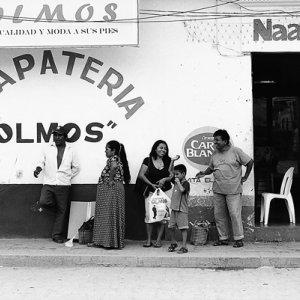 靴屋の前の家族