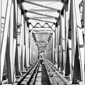 鉄橋の上の人影