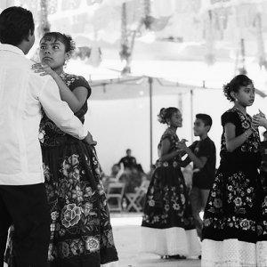 ペアになって踊る男の子と女の子
