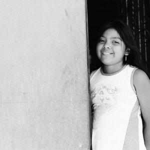 壁際に立つ女の子