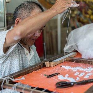 八仙彩を縫う男