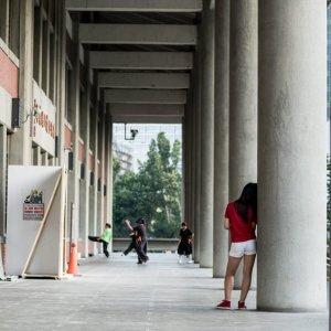 国父紀念館の太い柱によりかかる女の子