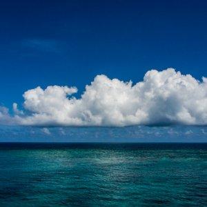水平線に浮かぶ大きな雲
